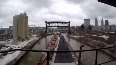 Photo of Így kanyarog át egy uszály Cleveland szűk csatornáján