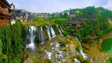 Photo of Mesebeli látvánnyal kápráztatja el az utazókat a vízesés felett épült kínai városka